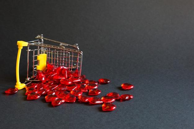 Carrinho de compras com corações vermelhos de vidro