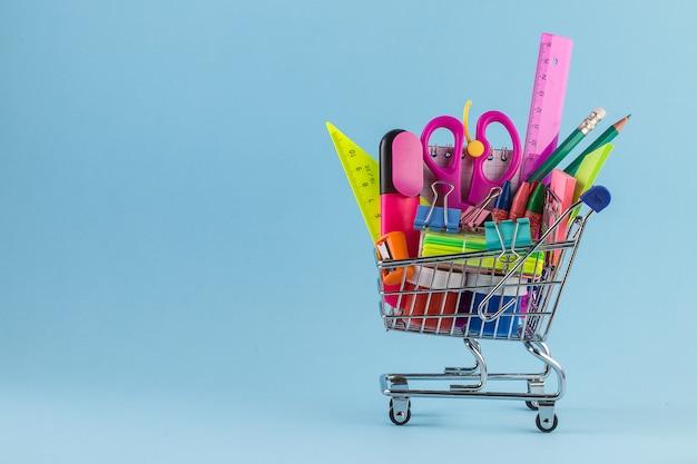 Carrinho de compras com diferentes artigos de papelaria