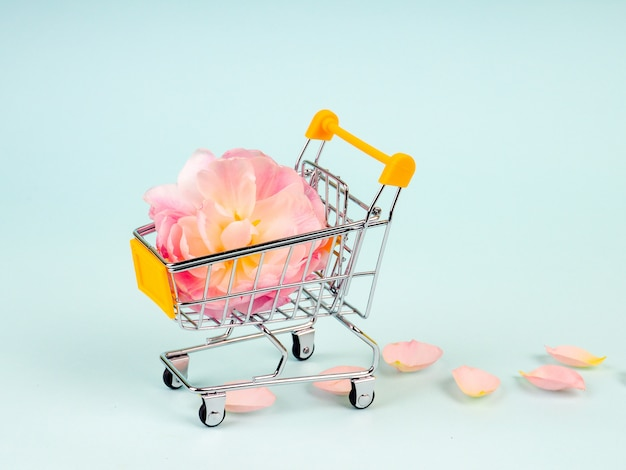 Carrinho de compras com flores
