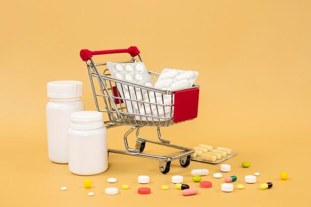 Carrinho de compras com folhas de comprimidos e recipientes