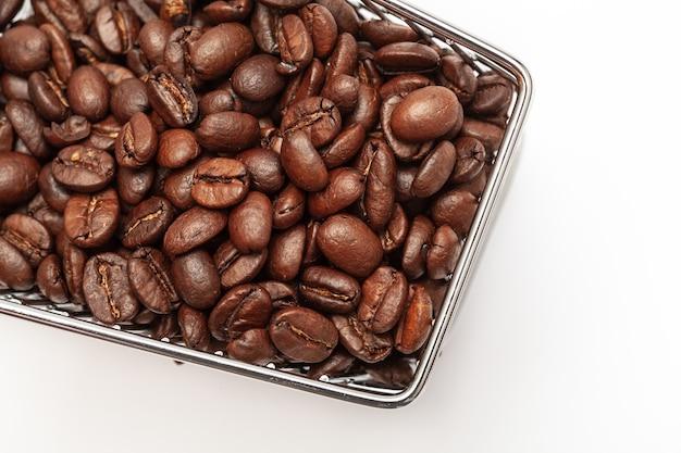 Carrinho de compras com grãos de café em um fundo branco. vista superior, isolada. conceito da indústria do café.