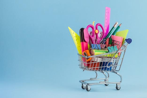 Carrinho de compras com material escolar diferente