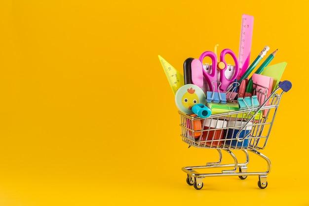 Carrinho de compras com material escolar