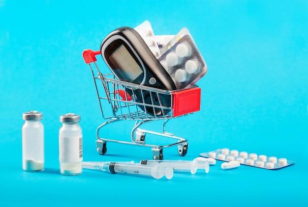 Carrinho de compras com medicamentos e seringas de insulina para diabetes.