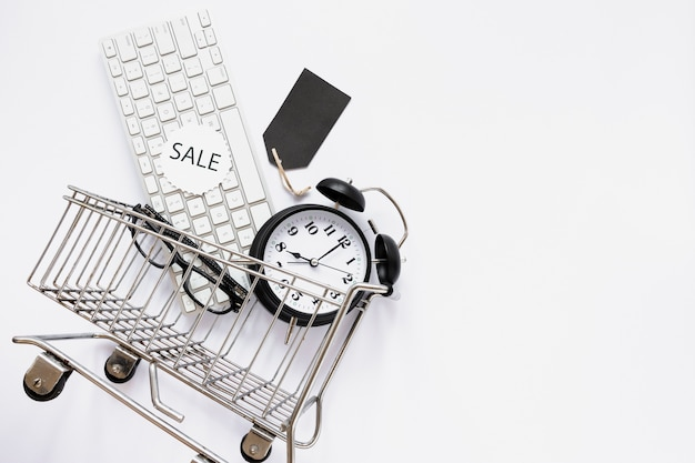 Carrinho de compras com objetos e adesivo de venda