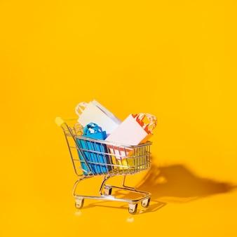 Carrinho de compras com pacotes