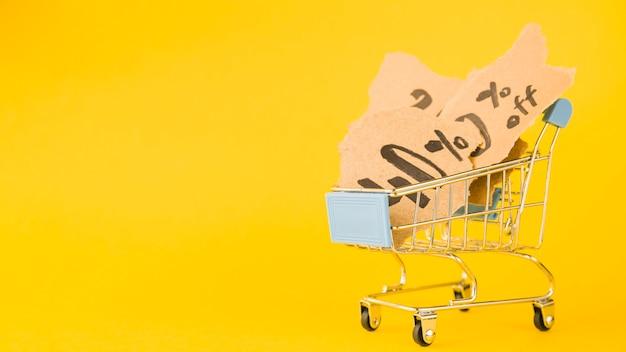 Carrinho de compras com pedaços de papel de venda