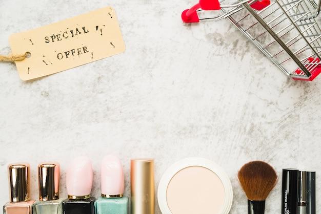 Carrinho de compras com pequena tag perto de linha de cosméticos