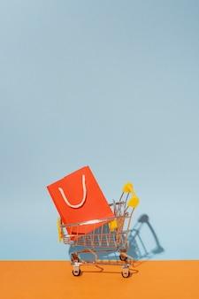 Carrinho de compras com sacola