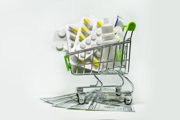 Carrinho de compras com tablets e dinheiro.