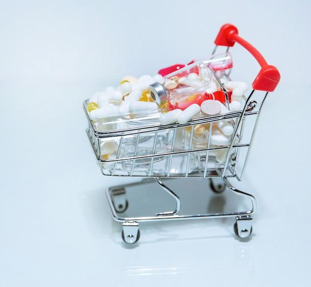 Carrinho de compras com uma variedade de medicamentos