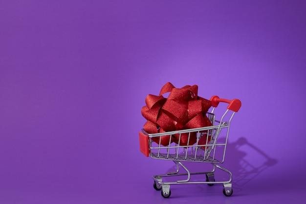 Carrinho de compras da black friday isolado em roxo