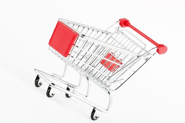 Carrinho de compras de aço no fundo branco