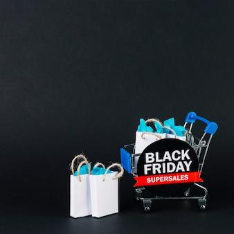 Carrinho de compras de brinquedo com presentes em pacotes e tablet