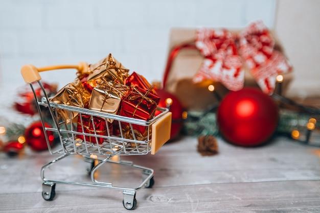 Carrinho de compras de natal com presentes