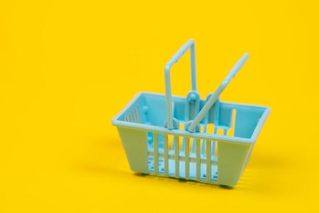 Carrinho de compras de plástico de brinquedo em amarelo