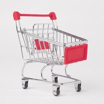 Carrinho de compras de supermercado vazio. isolado sobre fundo branco.