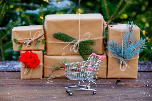 Carrinho de compras e caixas de presente