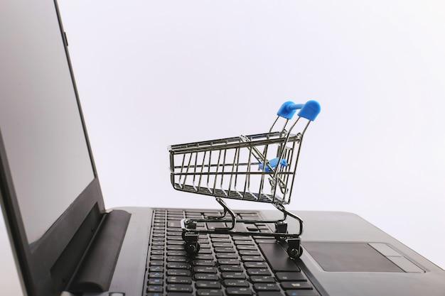Carrinho de compras é no laptop. conceito de vendas on-line.