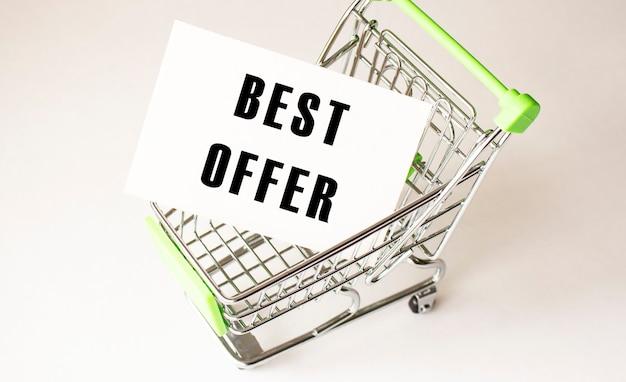 Carrinho de compras e o texto melhor oferta em papel branco. conceito de lista de compras sobre fundo claro.