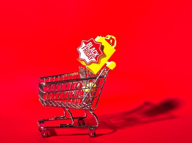 Carrinho de compras e pequeno pacote