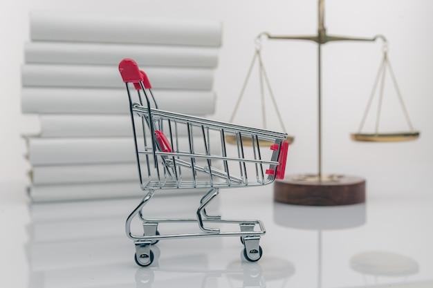 Carrinho de compras e símbolo da lei e da justiça.