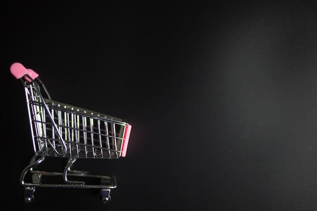 Carrinho de compras em fundo preto