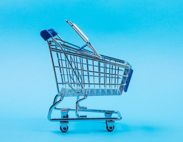 Carrinho de compras em um fundo azul claro