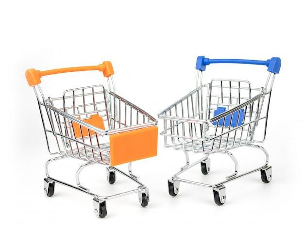 Carrinho de compras, empurrar carrinho isolado no fundo branco