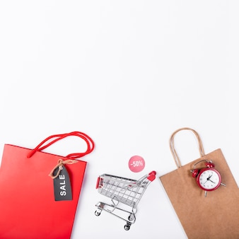 Carrinho de compras entre sacos de papel
