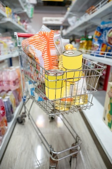 Carrinho de compras estacionado no corredor na mercearia