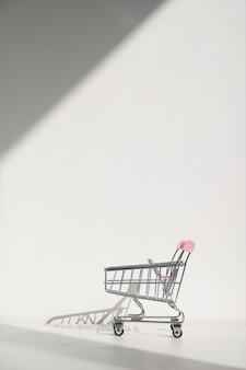 Carrinho de compras isolado em um fundo branco