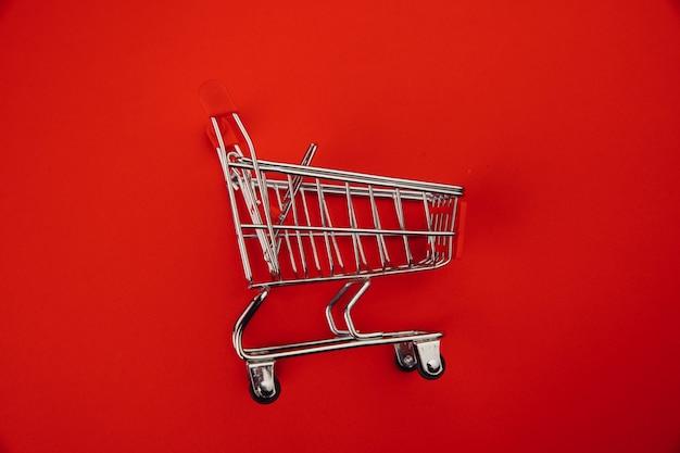 Carrinho de compras isolado em vermelho