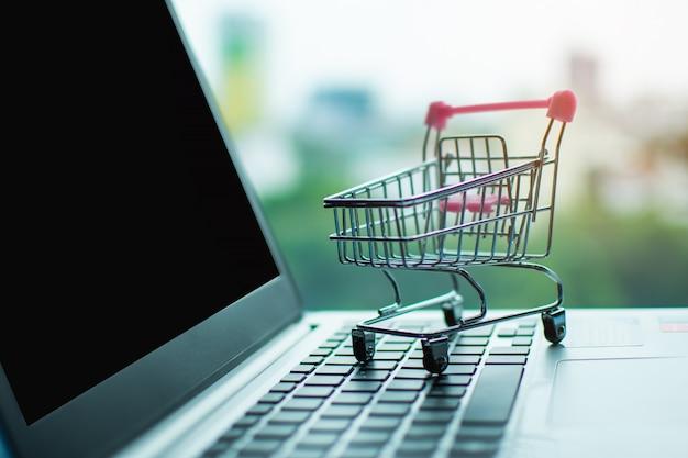 Carrinho de compras no computador, comprando o conceito em linha.