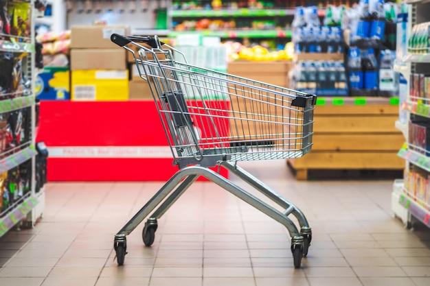Carrinho de compras no corredor do supermercado. compra de comida no supermercado.