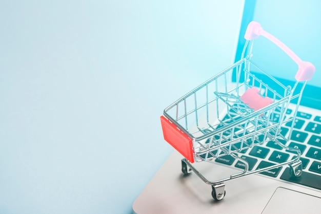 Carrinho de compras no laptop