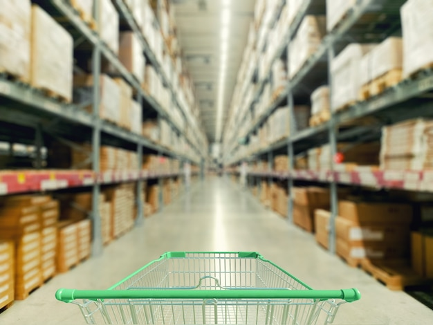 Carrinho de compras no supermercado e foto desfocada armazenar fundo de bokeh