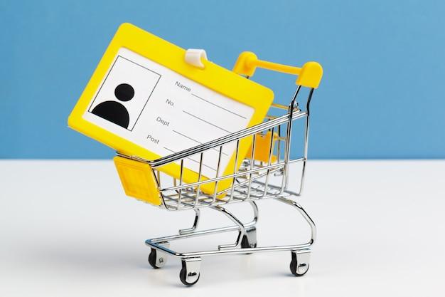 Carrinho de compras ou carrinho com cartão de identificação em branco
