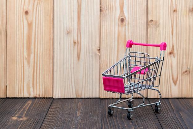 Carrinho de compras ou carrinho de supermercado em madeira