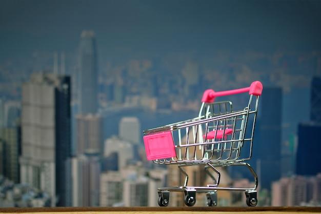 Carrinho de compras ou carrinho de supermercado na madeira superior