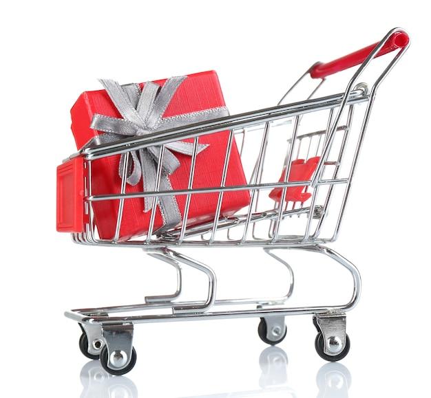 Carrinho de compras pequeno com caixa de presente isolada no branco