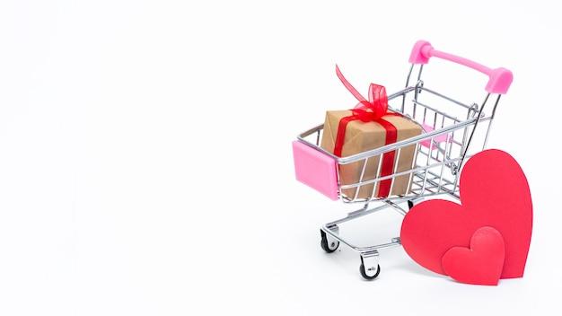 Carrinho de compras pequeno com caixas de presente. dê presentes com amor no dia dos namorados