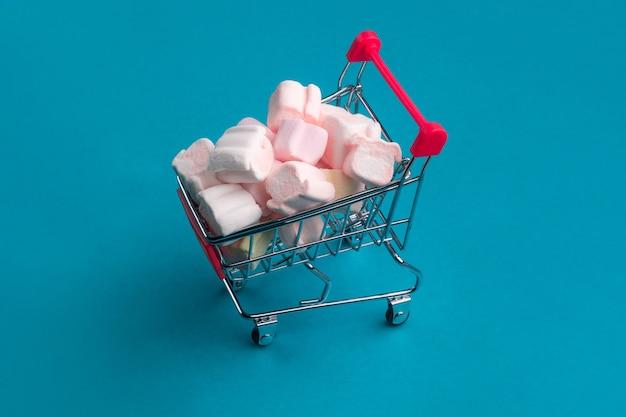 Carrinho de compras pequeno com marshmallow em azul