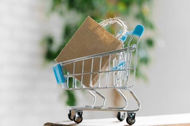 Carrinho de compras pequeno com sacos de papel