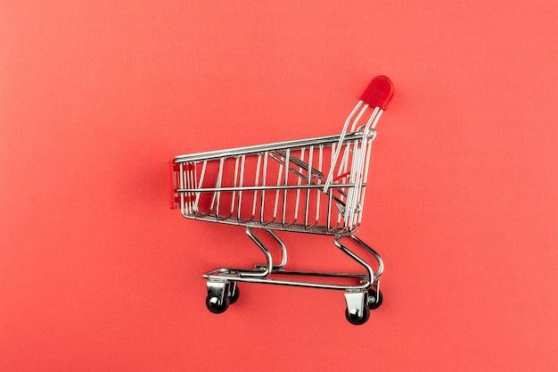 Carrinho de compras vazio no fundo rosa