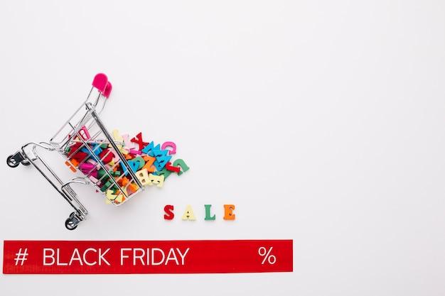 Carrinho de compras virado com fita preta de sexta-feira