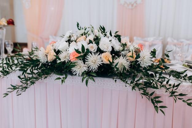 Carrinho de decoração floral em cima da mesa
