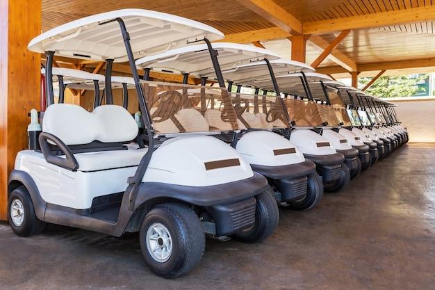 Carrinho de golfe estacionado. muitos seguidos.