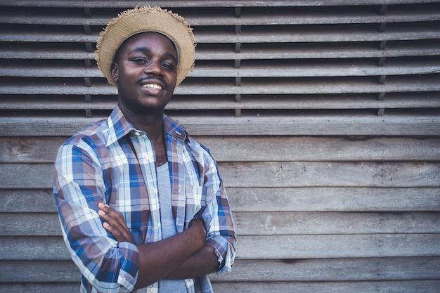 Carrinho de homem agricultor africano e sorrindo