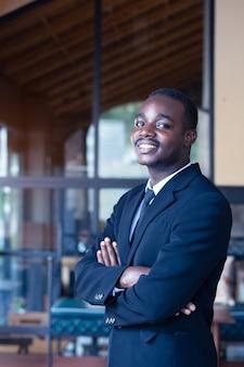 Carrinho de homem de negócios na áfrica e sorrindo
